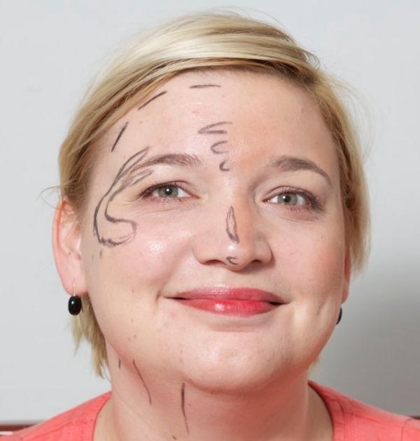 Jeg har tegnet Katja i den ene side af ansigtet med en eyeliner for at vise, hvor pudderet skal lægges.